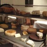 チーズは食後に。ワゴンに乗ったたくさんの種類の中から、好みのものをいくつか選びます。