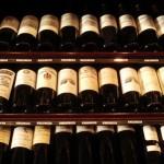 パリの酒屋さんにて。ボルドーやブルゴーニュなど、フランスの銘酒が並ぶ。