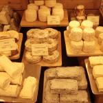 パリのチーズ屋さん。フランスでは1つの村に1つのチーズありと言われるほど種類が豊富。